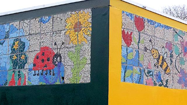 Deze muurdecoratie in mozaiek is gebaseerd op de tekeningen van de kinderen uit groep 8 van basischool, Nijmegen. Het mozaiek is samengesteld en uitgevoerd door Lieke van Dommelen, Nijmegen.