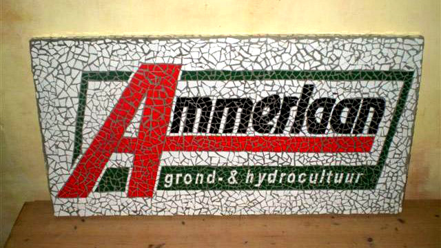 Logo in mozaiek voor Ammerlaan. Ontworpen en uitgevoerd door Lieke van Dommelen, Nijmegen.