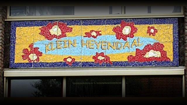 Logo aan de gevel van Klein Heijendaal in Nijmegen. Ontworpen en uitgevoed door Lieke van Dommelen.